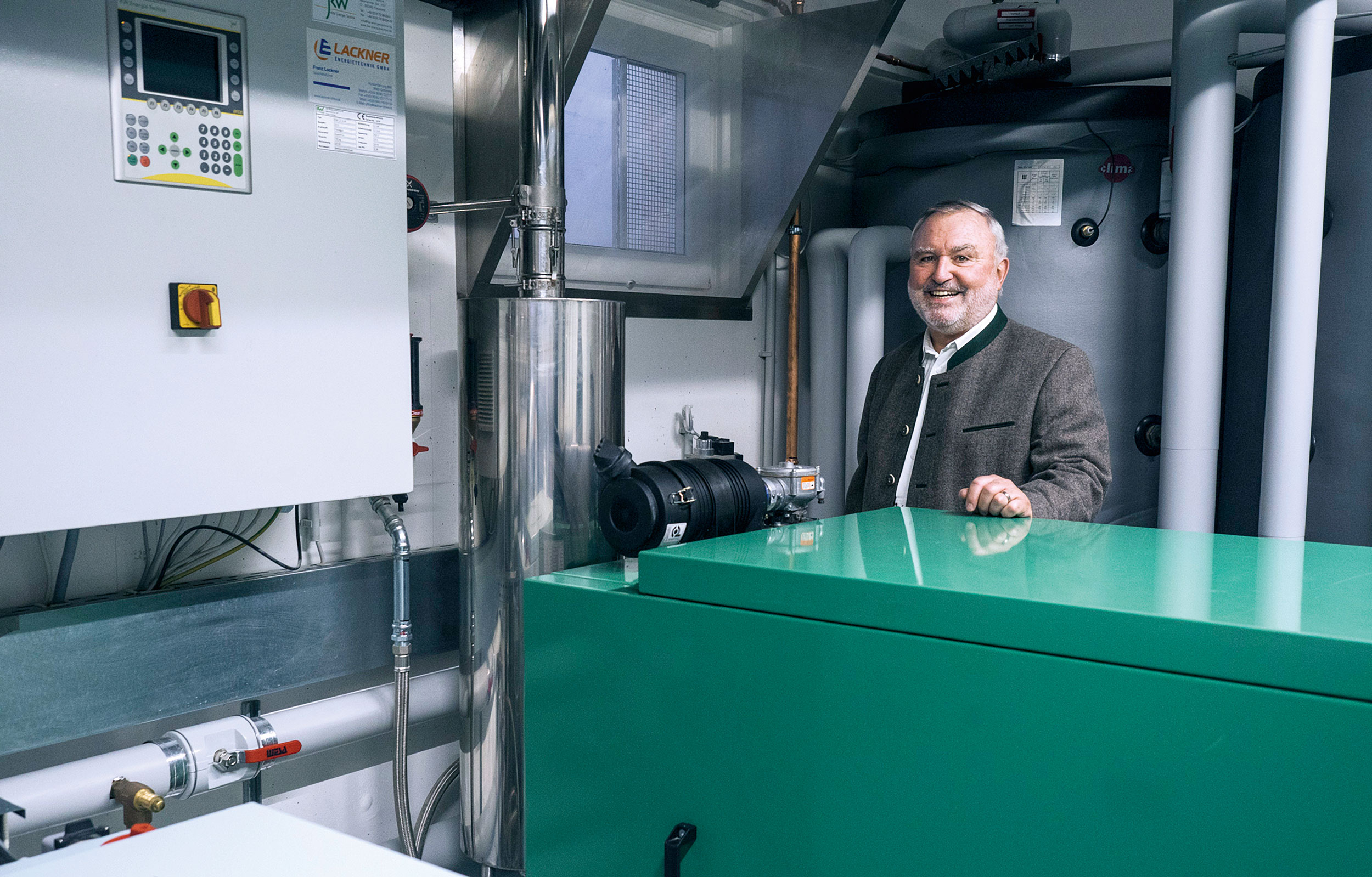Hotelbesitzer Ulrich Becker mit einem seiner zwei Blockheizkraftwerke (BHKW).