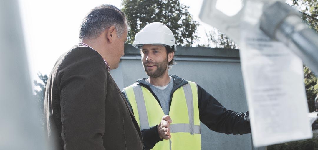 Zur Flüssiggastank-Prüfung befähigte Person im Gespräch mit dem Nutzer einer Flüssiggasanlage.
