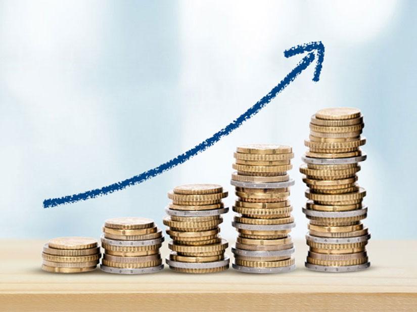Symbolbild für die Gaspreiserhöhung 2021: Stapel von Euro- und Centmünzen, deren Größe nach rechts steigt, darüber ein Pfeil nach oben.