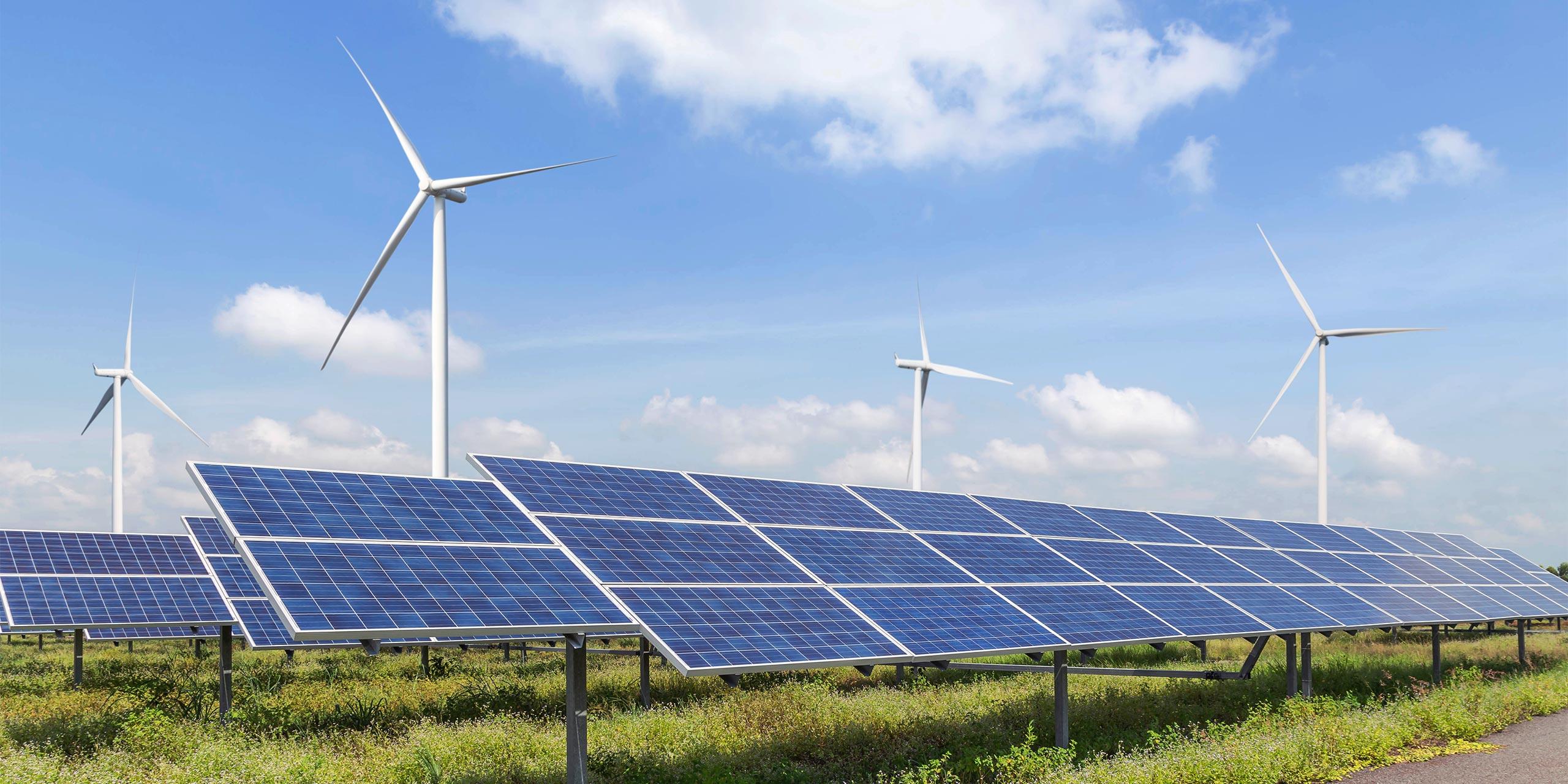 Windräder und Solaranlagen, symbolisch für die Nutzung der Quellen von erneuerbaren Energien.
