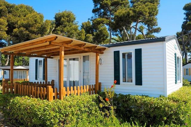 Mobilheim auf einem Campingplatz als Beispiel für eine Flüssiggas-Anwendung.