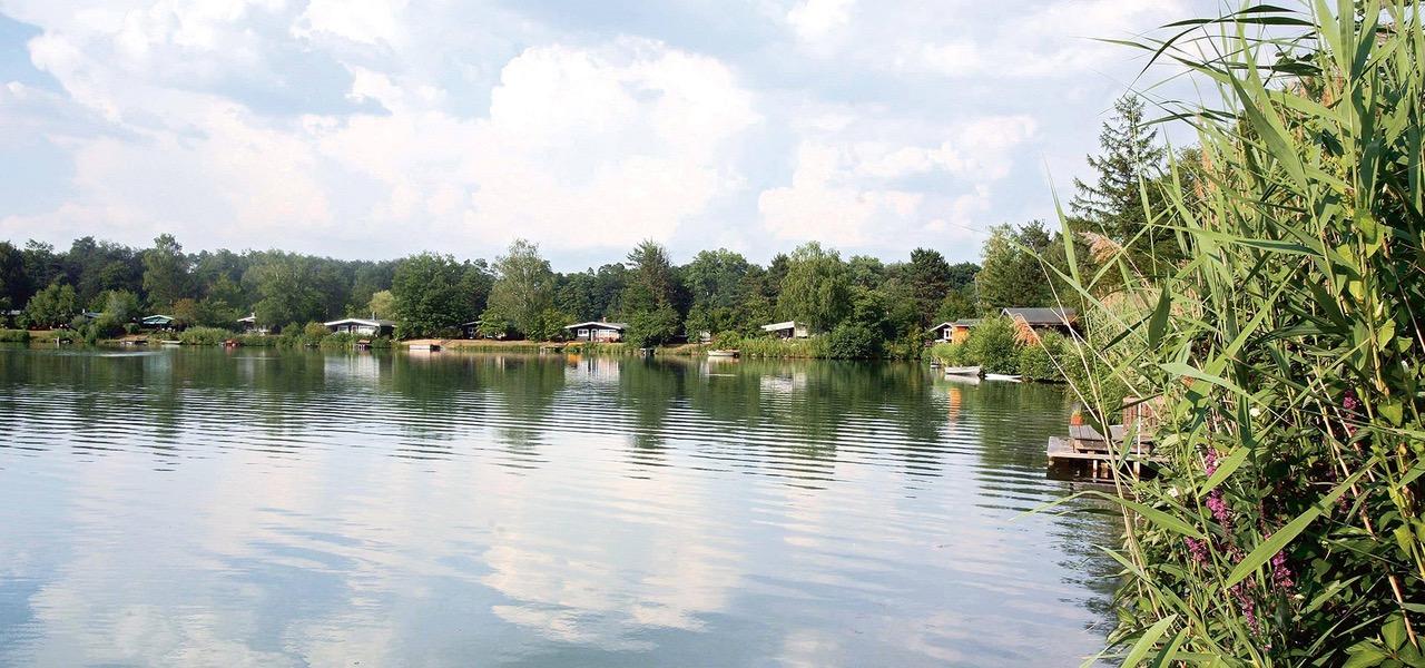 See an einem Campingplatz, am Ufer Bungalows.