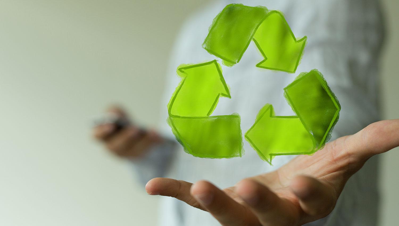 Symbolbild für das Recycling von Flüssiggastanks: Mann, über dessen Hand ein Recycling-Symbol schwebt.